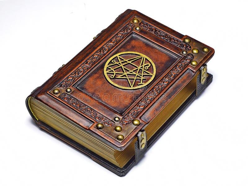 Grand livre en cuir, riches décorés du symbole doré le Sigil du passage sur la couverture photos libres de droits