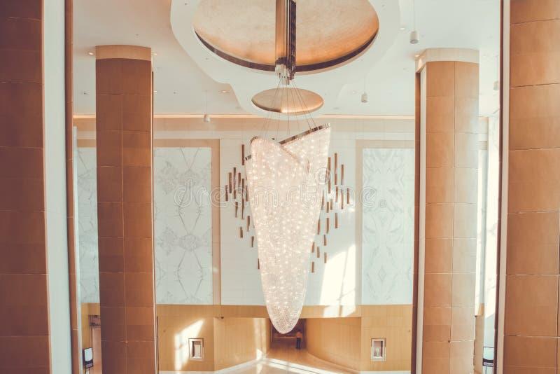 Grand lustre dans l'hôtel Les cristaux de Swarovski ornent le lustre photo stock