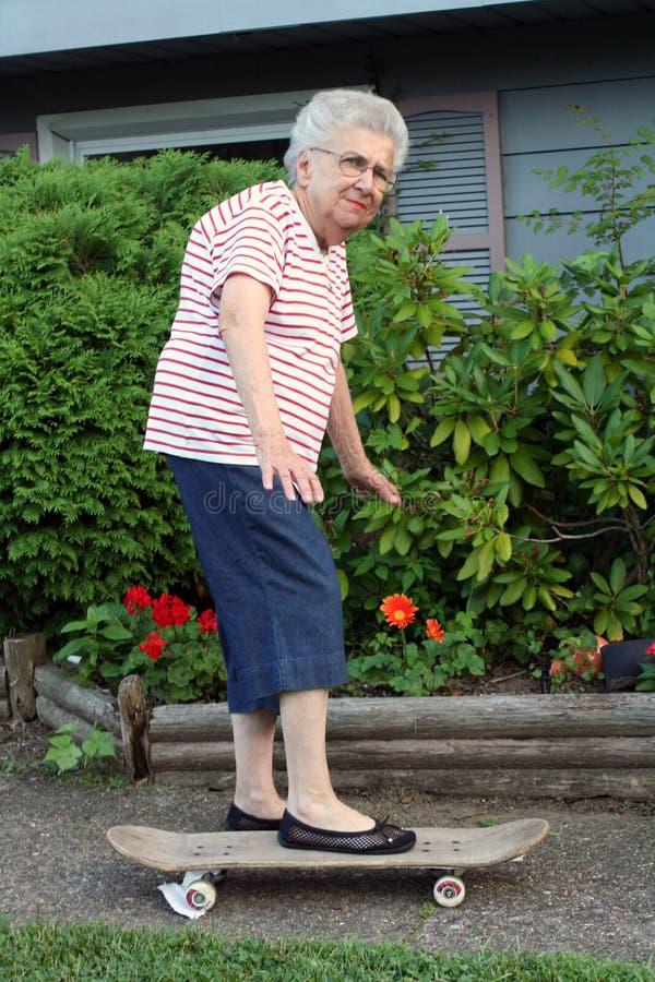 Grand-mère 3 de planche à roulettes photographie stock libre de droits