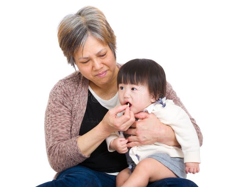 Grand-mère alimentant sa petite-fille photo libre de droits