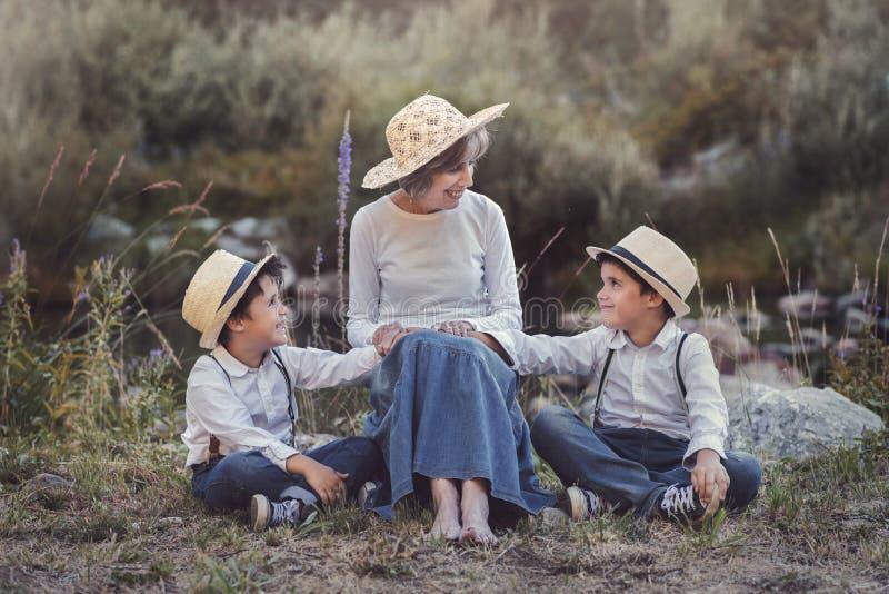 Grand-mère avec ses enfants image stock