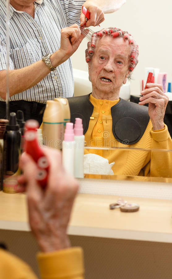 Grand-mère dans le salon de coiffure images libres de droits