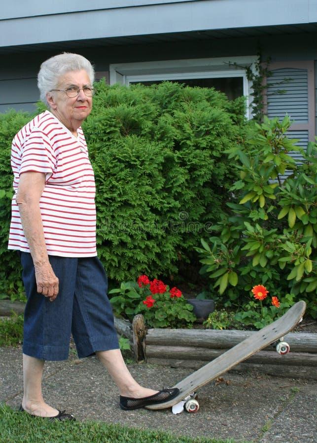 Grand-mère de planche à roulettes photographie stock