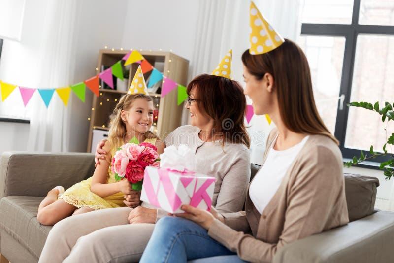 Grand-mère de salutation de petite-fille sur l'anniversaire photos stock