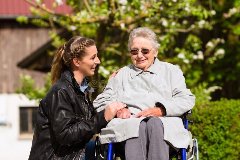 Grand-mère de visite de femme dans la maison de repos images stock