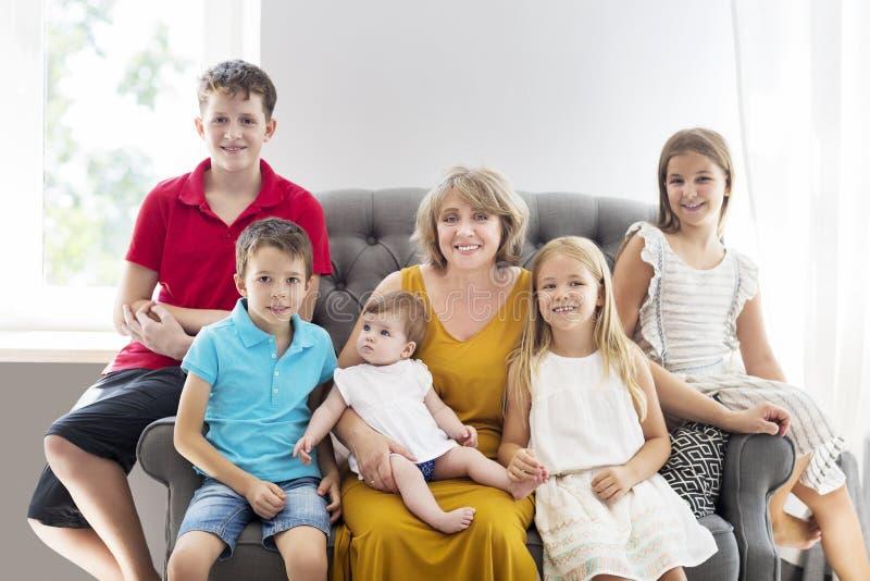 Grand-mère et enfants photo stock