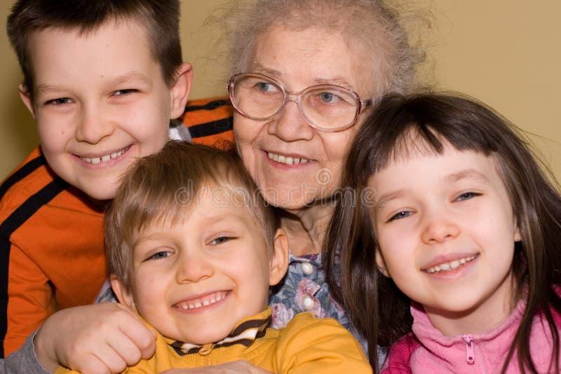 Grand-mère et gosses photographie stock libre de droits