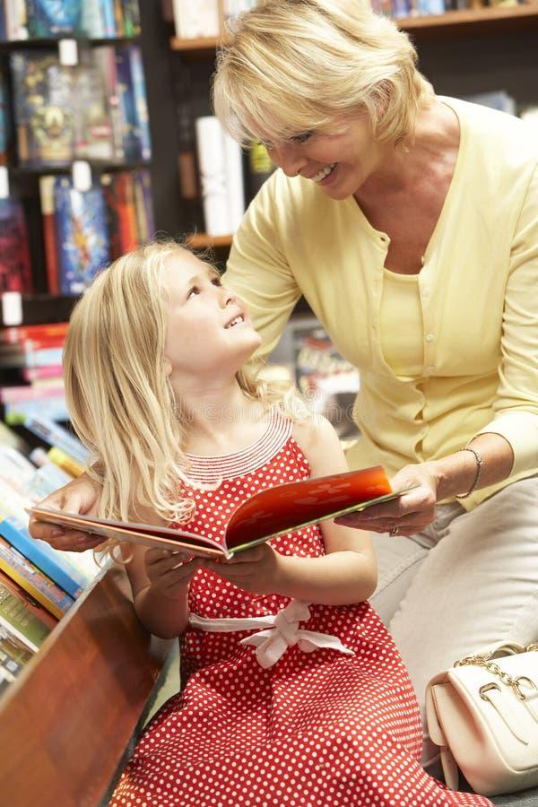 Grand-mère et grandaughter dans la librairie photographie stock