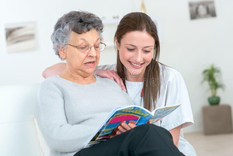 Grand-mère et grandaughter lisant à la maison images stock