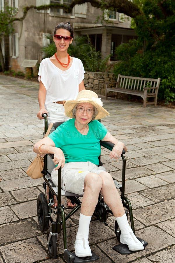Grand-mère et petite-fille à l'extérieur photos stock