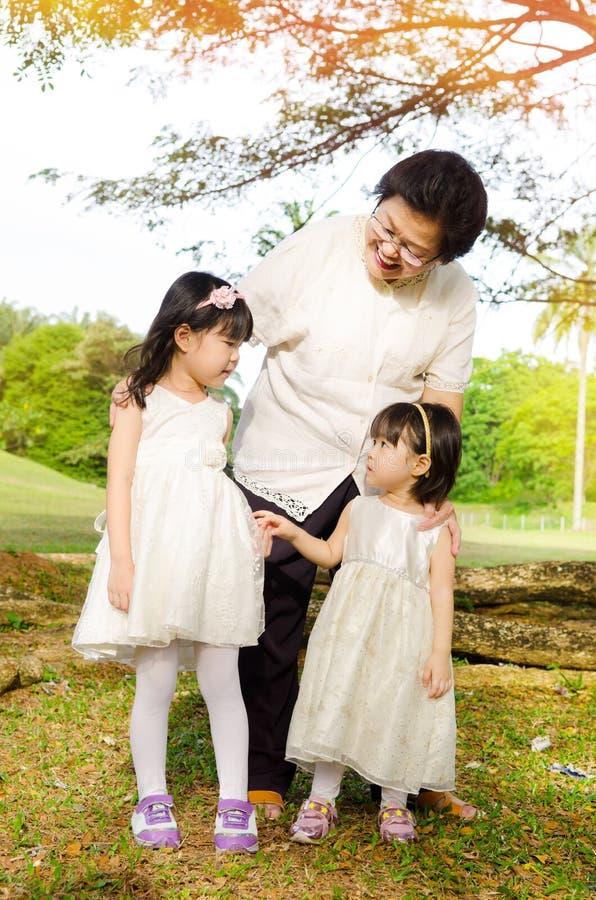 Grand-mère et petite-filles image libre de droits