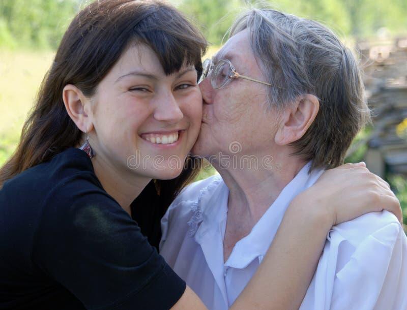 Grand-mère heureux et le descendant grand image stock
