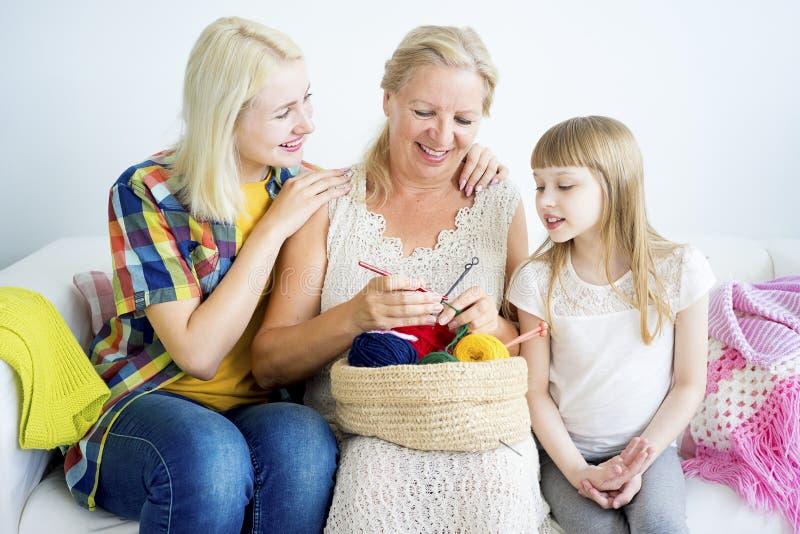 Grand-mère tricotant avec la petite-fille photos libres de droits