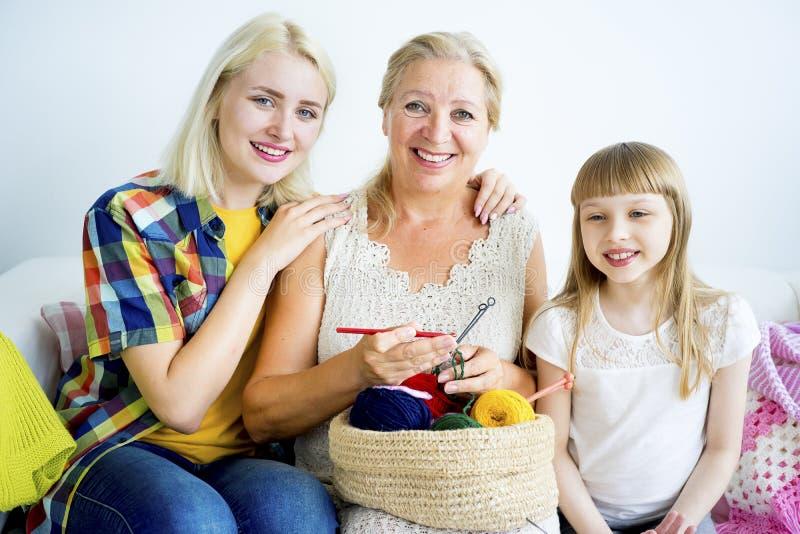 Grand-mère tricotant avec la petite-fille photographie stock libre de droits
