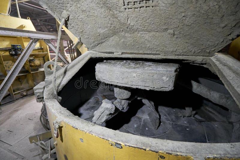Grand mélangeur industriel, pour mélanger les ingrédients dans du ciment liquide Travailleurs dans l'atelier de l'usine de constr image stock