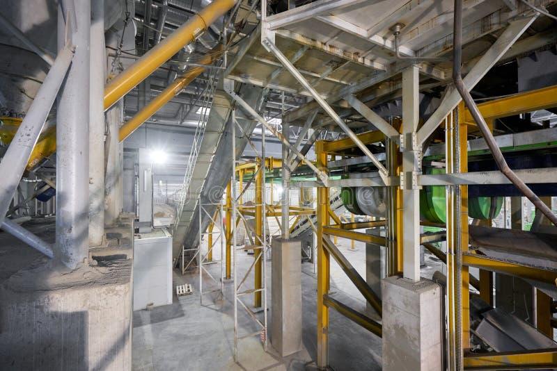 Grand mélangeur industriel, pour mélanger les ingrédients dans du ciment liquide Travailleurs dans l'atelier de l'usine de constr photographie stock