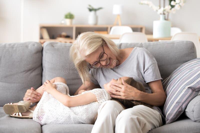 Grand-maman aimante passer le temps avec la petite-fille douce à la maison images stock