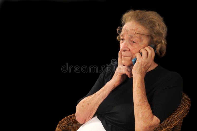 Grand-maman au téléphone images stock