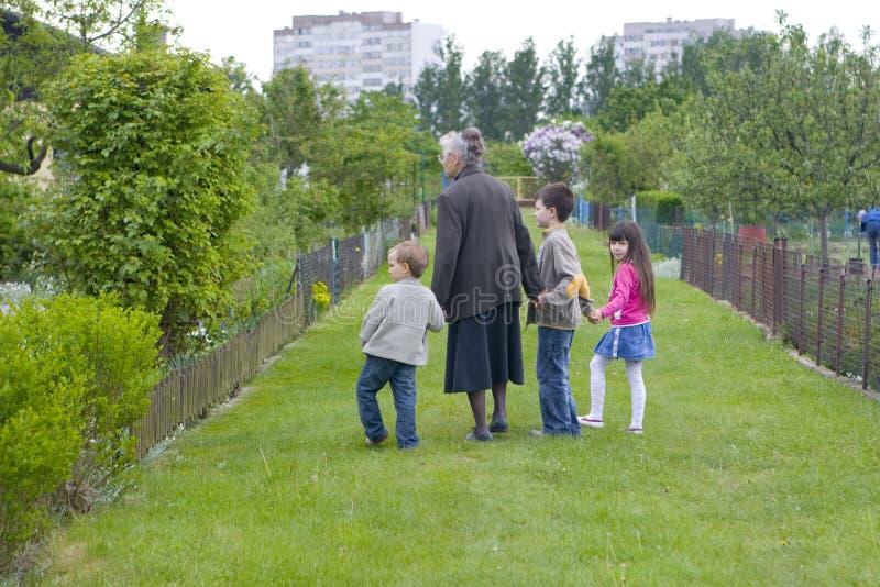 Grand-maman avec des enfants photographie stock libre de droits