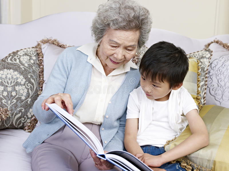 Grand-maman et petit-fils images libres de droits