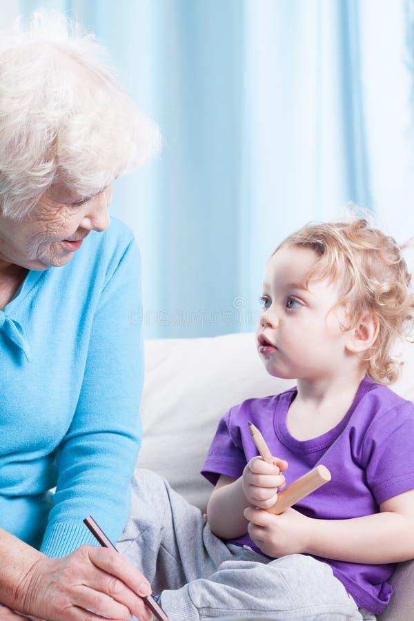Grand-maman et petit-fils réunissant image libre de droits