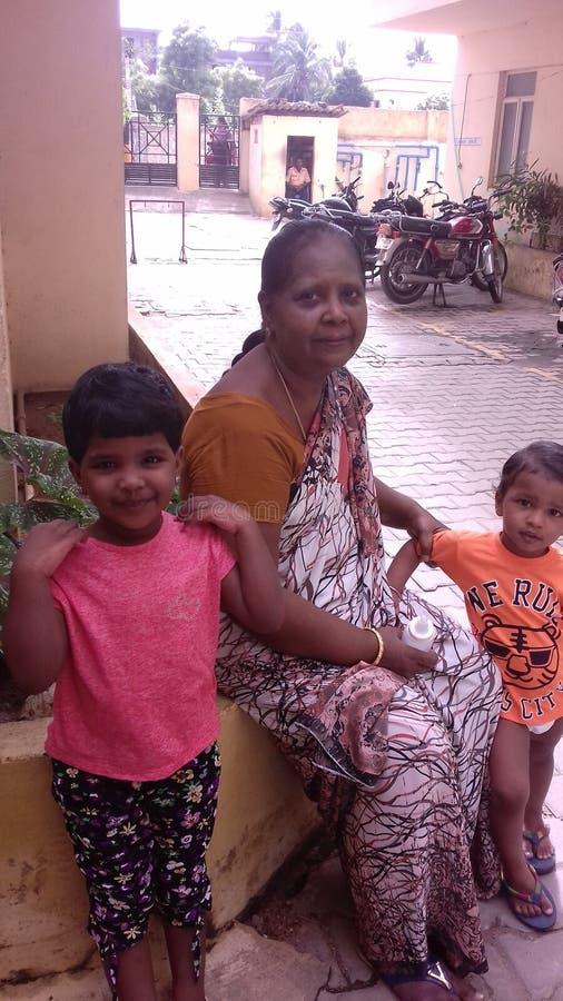 Grand-maman et petits-enfants image stock
