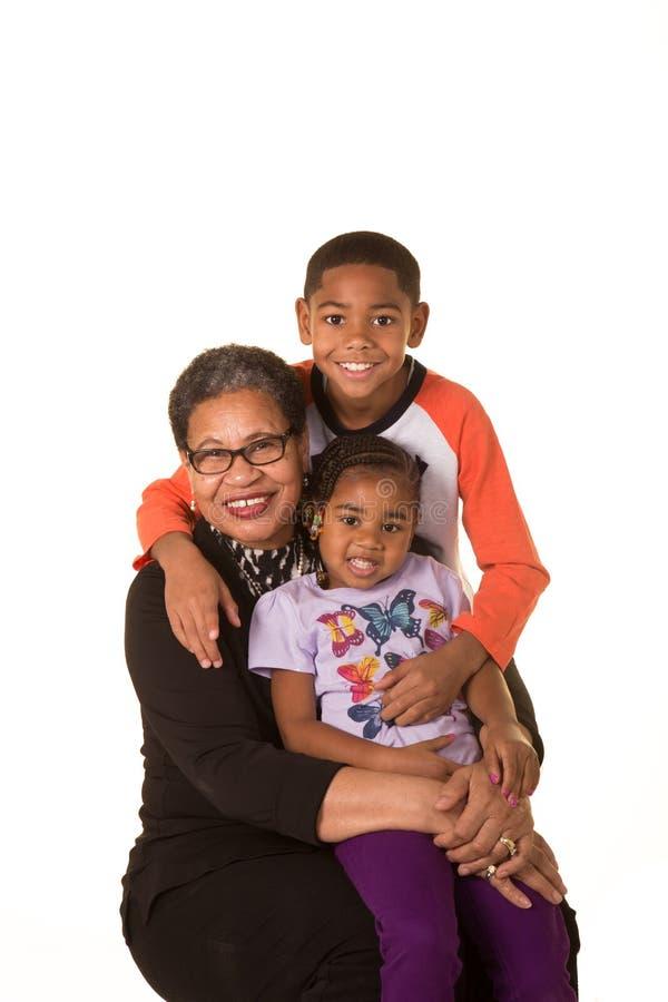 Grand-maman et ses petits-enfants image libre de droits