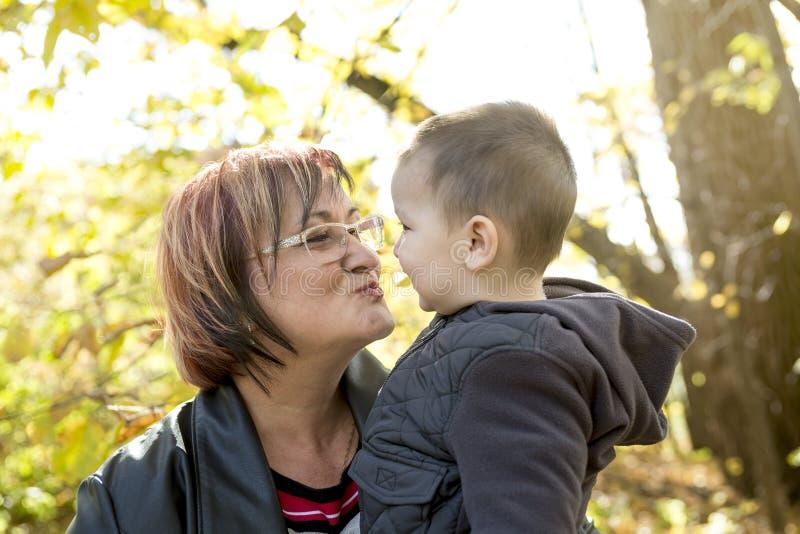 Grand-maman heureuse avec le petit-fils extérieur images libres de droits