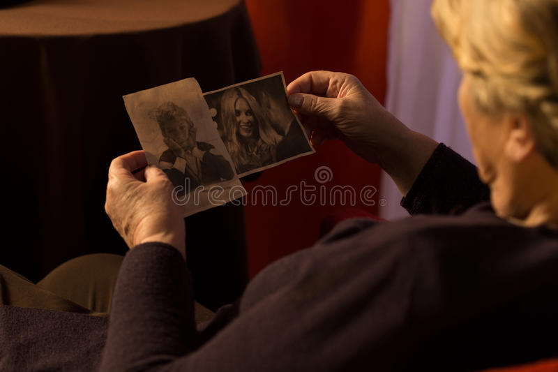 Grand-maman regardant les photos de l'petit-enfant image stock