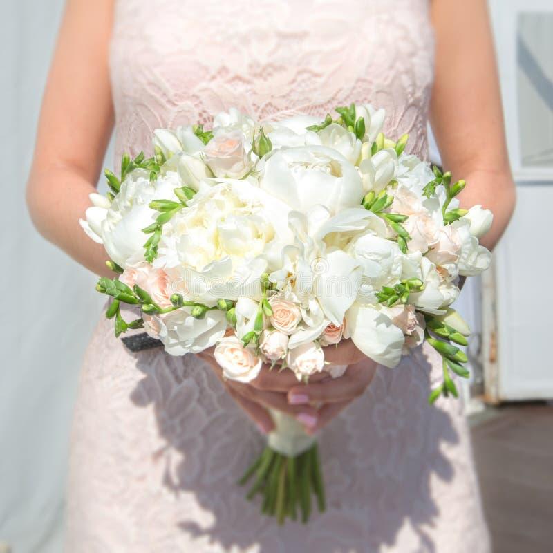 Download Grand mariage de bouquet image stock. Image du bridegroom - 77158885