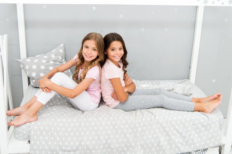 Grand matin Chambre à coucher gaie de jeu d'enfants Moments heureux d'enfance Joie et bonheur heureux ensemble Gosses image libre de droits