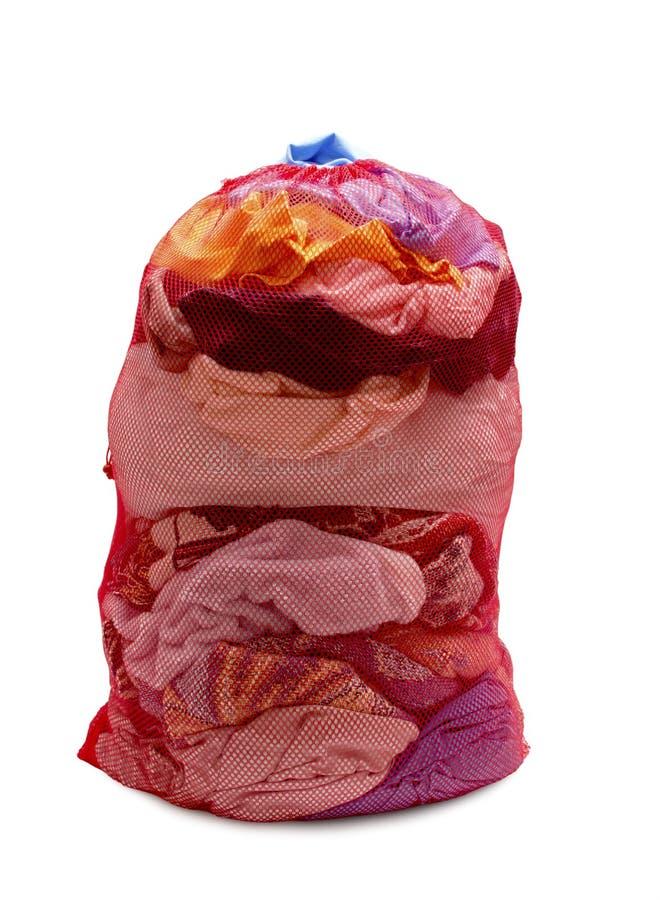 Grand Mesh Laundry Bag Full rouge des vêtements photographie stock libre de droits