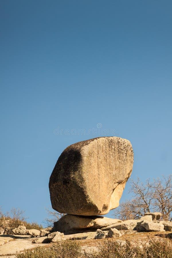 Grand monolithe en pierre rond en nature image stock