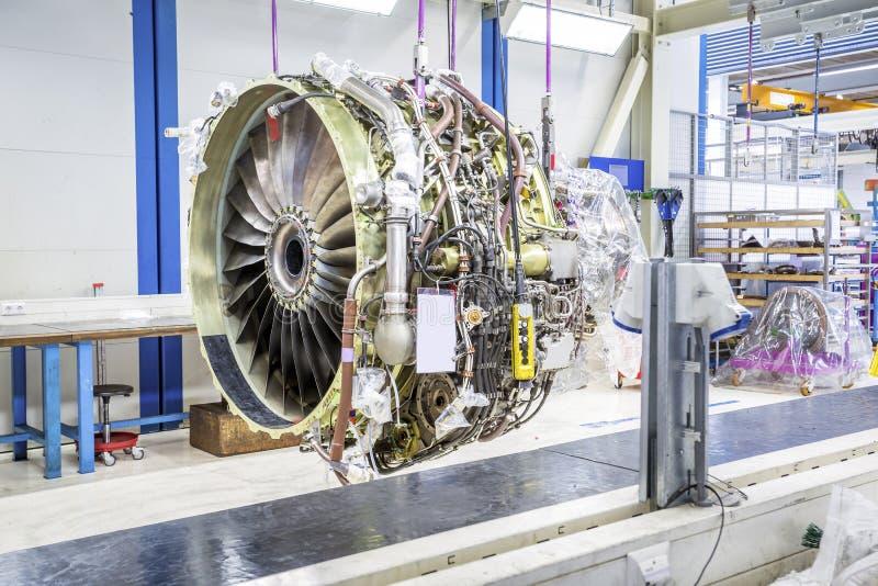 Grand moteur d'avion pendant l'entretien image libre de droits