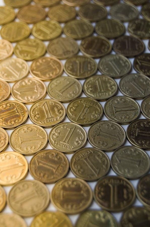 Grand nombre de valeur nominale de pièces de monnaie d'un tenge photos stock