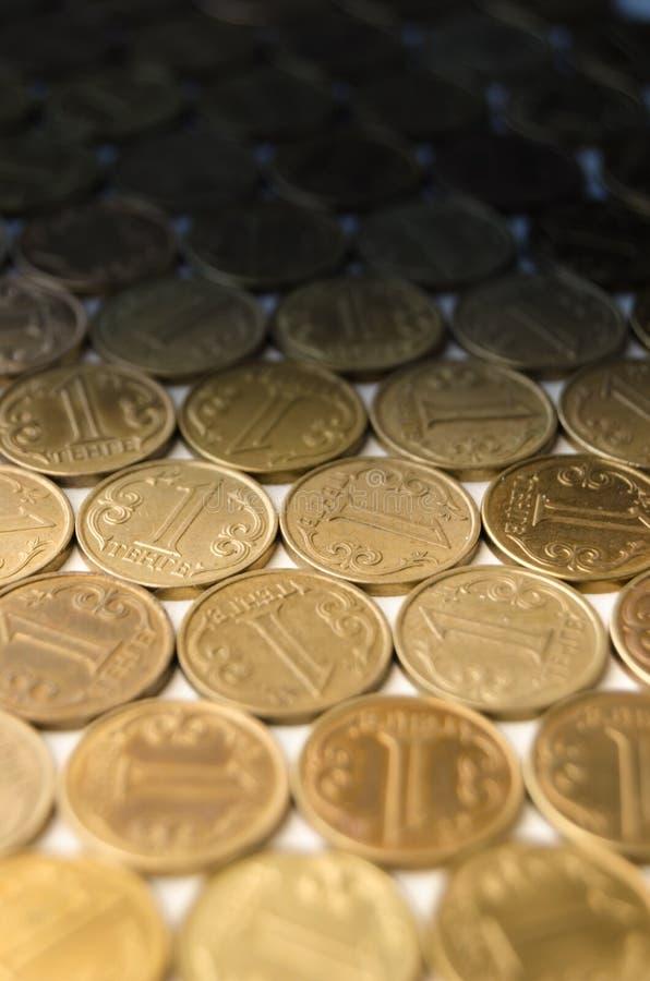 Grand nombre de valeur nominale de pièces de monnaie d'un tenge image libre de droits