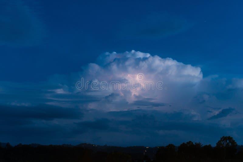 Grand nuage et ciel nocturne bleu au phetchabun Thaïlande de kho de khao photo stock