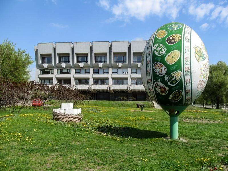 Grand oeuf de pâques peint près de la bibliothèque scientifique d'universel de Soumi Oblast baptisée du nom de N k Krupska images libres de droits