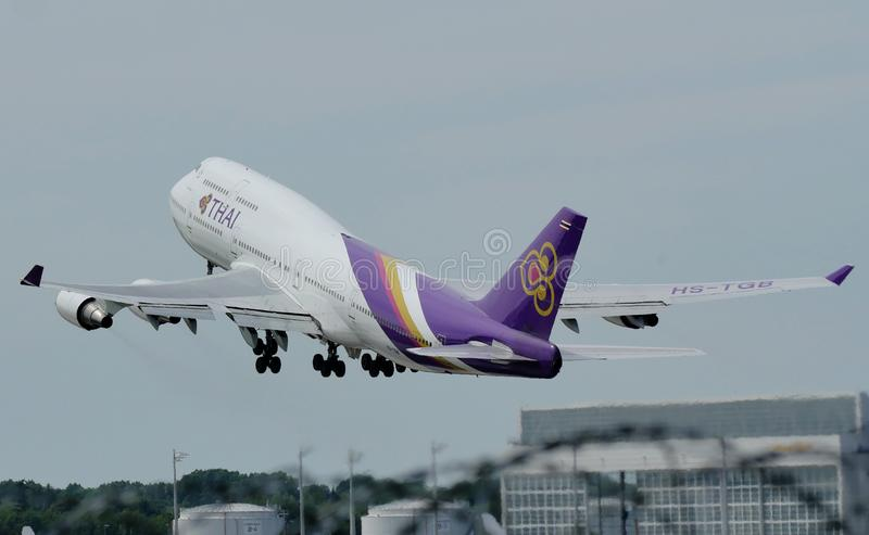 Grand oiseau de Thai Airways International décollant de l'aéroport image libre de droits