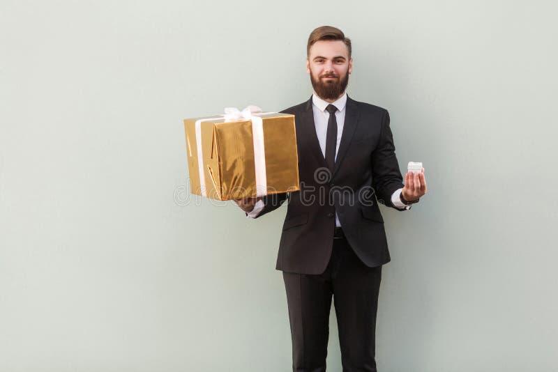 Grand ou petit ? Concept de Choise Homme d'affaires tenant le boxe différent image libre de droits
