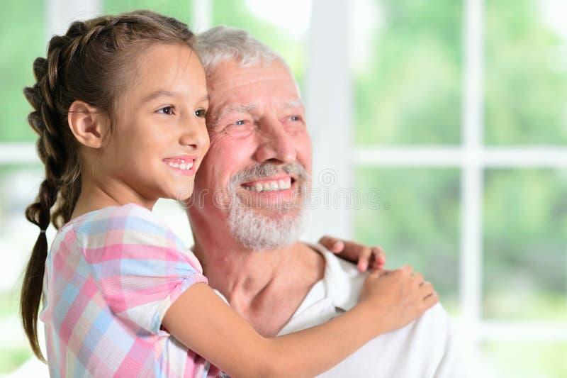 Grand-père avec son étreindre de petite-fille images libres de droits