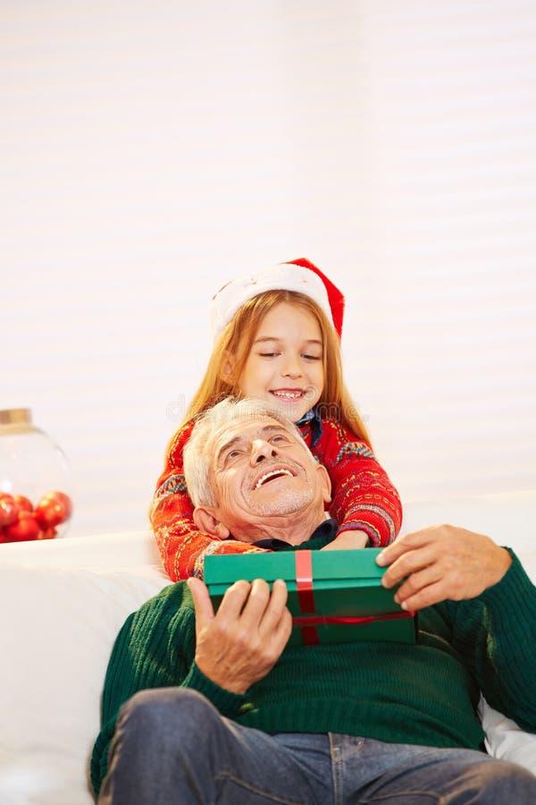 Grand-père de embrassement de fille à photos stock