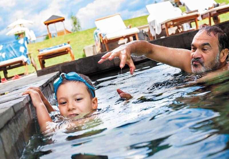 Grand-père de jeu de piscine photographie stock libre de droits