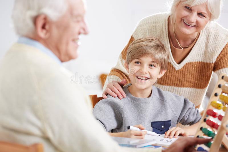 Grand-père enseignant ses maths de petit-fils photos stock