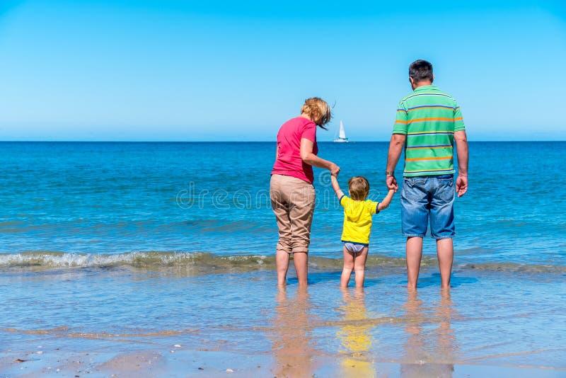 Grand-père et grand-mère avec le petit-fils tenant des mains images libres de droits