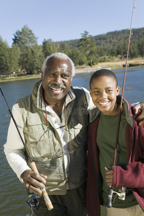 Grand-père et petit-fils pêchant ensemble image libre de droits