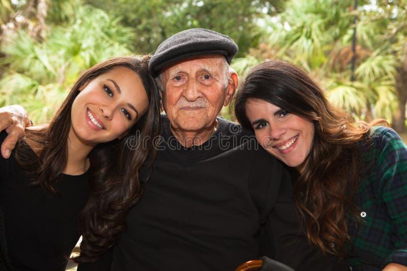 Grand-père et petite-filles photos stock