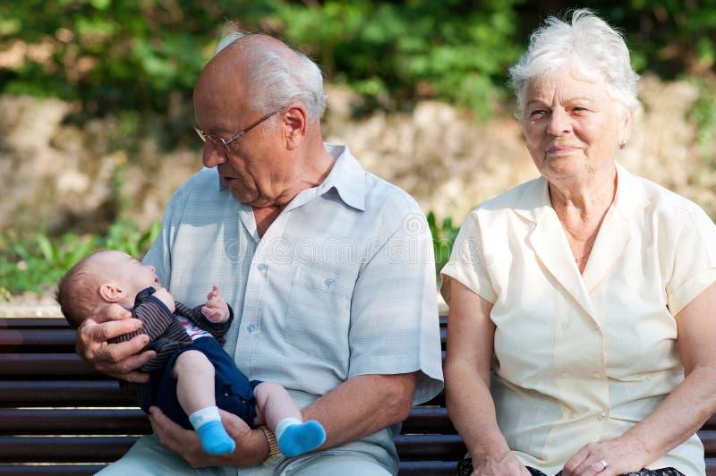 Grand-père, grand-mère et un bébé garçon images libres de droits