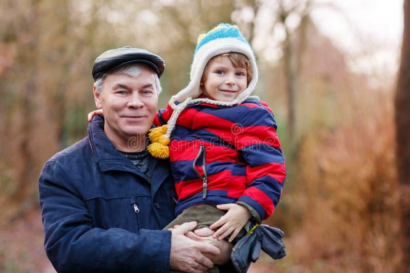 Grand-père heureux avec son petit-enfant sur le bras photos libres de droits