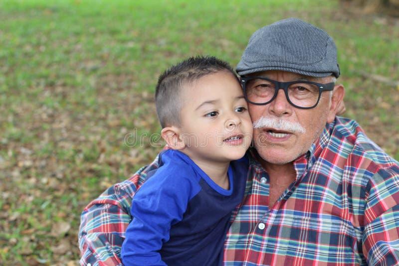 Grand-père protecteur avec le petit-fils de bébé photo stock